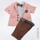 Розово-коричневый костюм из рубашки с бабочкой, пиджака и шорт-бермуд с ремнём