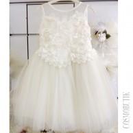 Кружевное платье с цветами и жемчугом
