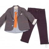 Серый пиджачный костюм с ярким галстуком