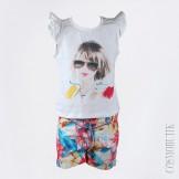 Костюм из хлопковых шорт с декоративным ремнём и трикотажной футболки