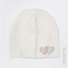 Белая шапка с сердечками