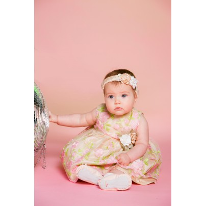 Милое бежевое платье для маленькой девочки